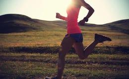kobieta biegacza bieg na zmierzchu śladzie Fotografia Royalty Free