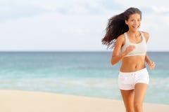 Kobieta biegacza biegać szczęśliwy na plaży obraz royalty free