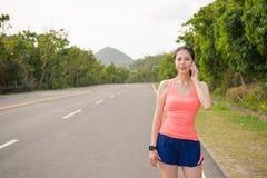 Kobieta biegacza pozycja na drodze dzwoni dla rodziny Fotografia Royalty Free