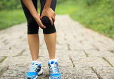 Kobieta biegacza zdradzony kolano Fotografia Royalty Free