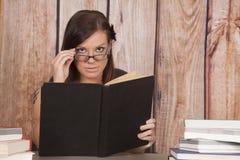 Kobieta bielu sukni biurowej książki szkła rezerwują up obrazy royalty free