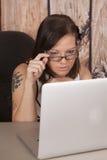 Kobieta bielu sukni komputerowy drewno siedzi pazura tatuaż zdjęcie royalty free