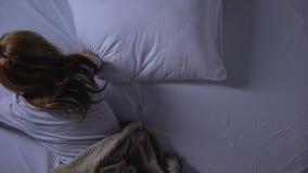 Kobieta bierze środki przeciwbólowych lub sedatives przed spać, psychical nieład zbiory wideo
