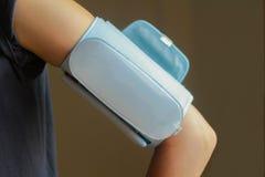 Kobieta bierze bezprzewodową ciśnienie krwi rękę Fotografia Stock