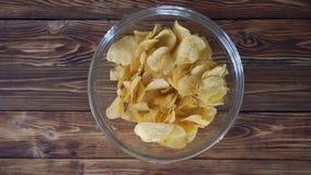 Kobieta bierze chipsy od szklanego pucharu, odgórnego widoku hd wideo zdjęcie wideo