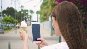 Kobieta bierze fotografię lody rożek Nastoletni fotografuje lody na kamera telefonie w zwolnionym tempie zbiory wideo