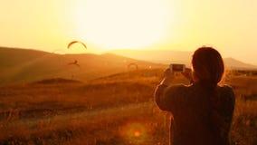 Kobieta bierze fotografię powstający paragliders w górach zbiory