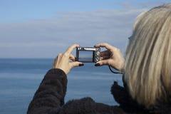 Kobieta bierze fotografię w Whitley zatoce obrazy stock