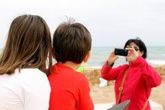 Kobieta bierze fotografię z jej telefonem komórkowym dwa małego dziecka obraz stock