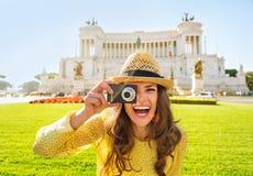 Kobieta bierze fotografię na piazza venezia w Rzym Zdjęcie Stock