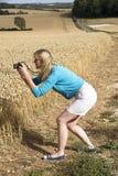 Kobieta bierze fotografię ziemia uprawna Obraz Royalty Free