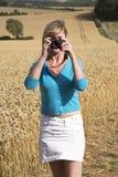 Kobieta bierze fotografię ziemia uprawna Zdjęcia Royalty Free