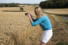 Kobieta bierze fotografię ziemia uprawna Zdjęcie Stock
