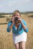 Kobieta bierze fotografię ziemia uprawna Obrazy Royalty Free