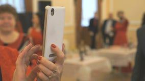 Kobieta bierze fotografia przyjaciół używa telefon komórkowego zbiory