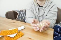 Kobieta bierze medycyn kapsuły w domu zdjęcie royalty free