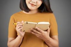 Kobieta bierze notatki w dzienniczku zdjęcie royalty free