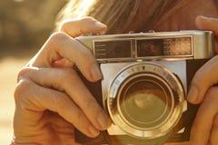 Kobieta bierze obrazki z rocznik kamerą back light Podróż Zdjęcie Royalty Free