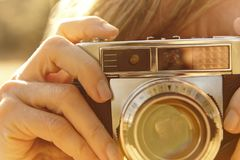 Kobieta bierze obrazki z rocznik kamerą back light Podróż Zdjęcia Stock