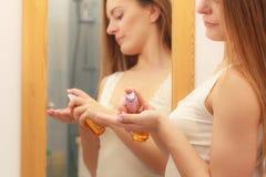 Kobieta bierze opiekę jej długie włosy stosuje kosmetyka olej Fotografia Royalty Free