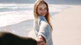 Kobieta bierze plażowego spacer z jej chłopakiem zdjęcie royalty free