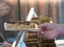 Kobieta bierze próbkę uliczny jedzenie od targowego kramu Obraz Royalty Free