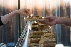 Kobieta bierze próbkę uliczny jedzenie od targowego kramu Zdjęcia Stock