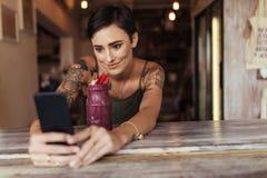 Kobieta bierze selfie dla jej karmowego blogu zdjęcia stock