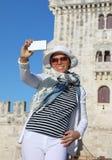 Kobieta bierze selfie fotografię Zdjęcie Stock