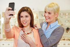 Kobieta bierze selfie przy biżuterią obrazy stock