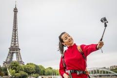 Kobieta bierze selfie przy wieżą eifla obrazy royalty free