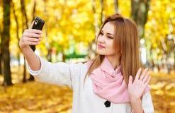 Kobieta bierze selfie w jesieni miasta parku Obraz Stock
