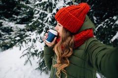 Kobieta bierze selfie z kawą w zima śnieżnym zimnym dniu fotografia stock