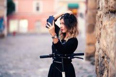 kobieta bierze selfies z telefon kamerą Portret uśmiecha się fotografie i bierze rozochocona dziewczyna zdjęcia stock