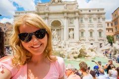 Kobieta bierze selfy fotografię przed Trevi fontanną w Rzym zdjęcie stock