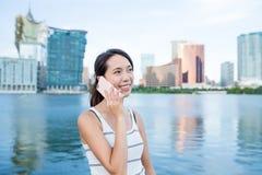 Kobieta bierze telefon komórkowy Zdjęcie Royalty Free