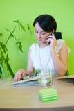 Kobieta biznes mówi telefonu biuro Zdjęcia Royalty Free