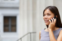 Kobieta bizneswomanu prawnik opowiada na telefonie Zdjęcia Royalty Free