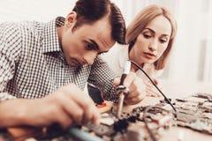 Kobieta blisko Ćwiczy z Blowtorch przeglądów techniką zdjęcie royalty free