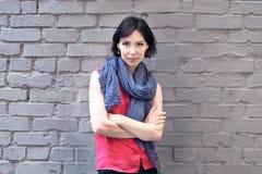 Kobieta blisko ściana z cegieł Zdjęcie Royalty Free