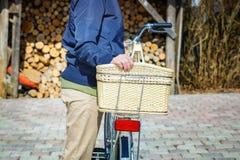 Kobieta blisko bicyklu w jardzie Zdjęcia Stock