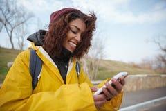 Kobieta blisko drogowego używa smartphone Obraz Royalty Free