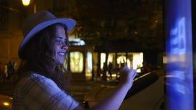 Kobieta blisko informacja ekranu na nocy ulicie zbiory wideo