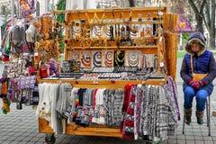 Kobieta blisko jej kioska z różnymi pamiątkami w stary Ryskim Obrazy Stock