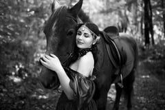 Kobieta blisko konia Zdjęcie Royalty Free