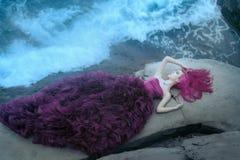 Kobieta blisko mgłowego morza zdjęcie royalty free