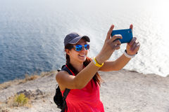 Kobieta blisko morza ono fotografuje obraz stock