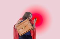 Kobieta bohater opowiada na telefonie z czerwonym przylądkiem, czerwień Obrazy Stock