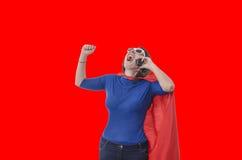 Kobieta bohatera mówienie na telefonie z czerwonym przylądkiem Zdjęcia Royalty Free