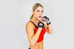 Kobieta bokser i spojrzenia przy kamerą, agresywny Zdjęcia Royalty Free